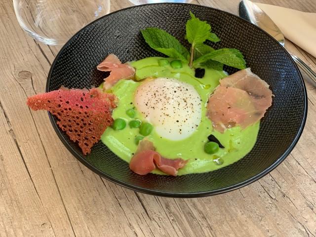 Café de la Paix Oeuf Bio parfait, velouté de petits pois glacé à la menthe, ail noir confit, jambon Serrano