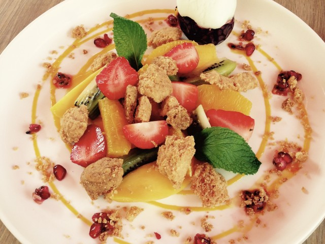 Café de la Paix Salade de fruits coupés minutes, crumble croquant