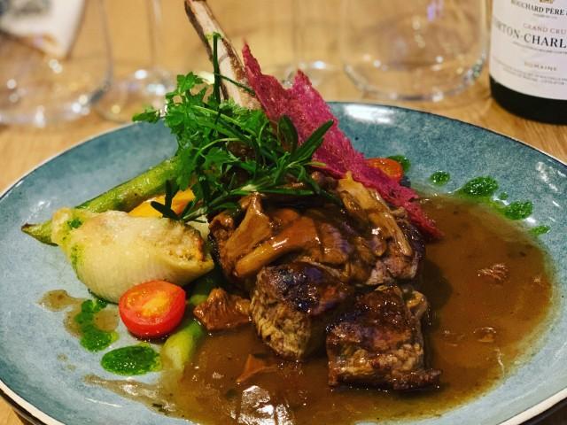 Café de la Paix Côte de veau aux girolles, conchiglionis farcies aux légumes et foie gras, jus de viande.
